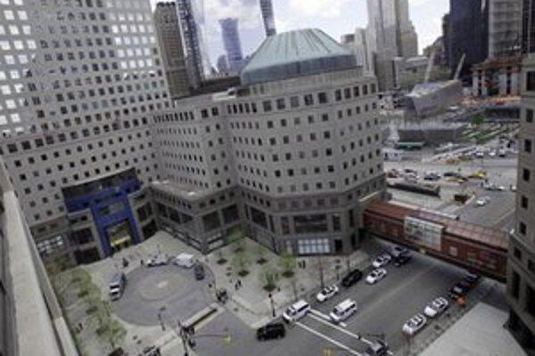 Policajti pri vchode do Svetového finančného centra.