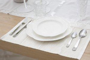 Základom stolovania v meštianskej domácnosti sú jednotné taniere a príbory