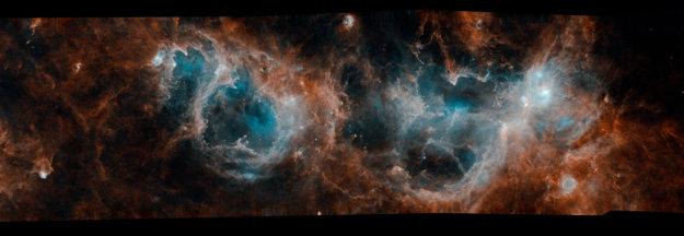 Panoramatický záber na štruktúru mračien W3, W4 a W5, ktorá patrí k najaktívnejším oblastiam, kde sa v našej galaxii rodia hviezdy. KLIKNITE PRE ZVÄČŠENIE.