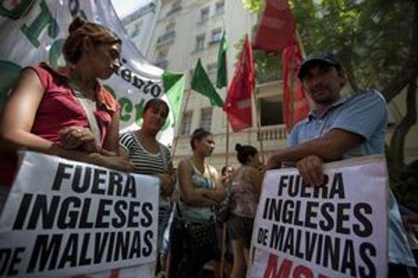 Protest pred britskou ambasádou v Buenos Aires.