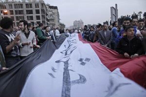 Protestné zhromaždenie neďaleko budovy ministerstva obrany v Káhire.