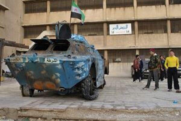 Zničené armádne vozidlo na predmestí sýrskeho Homsu.