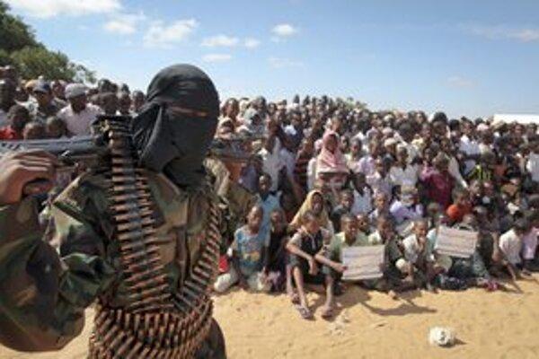 Člen aš-Šabábu na predmestí Mogadiša.