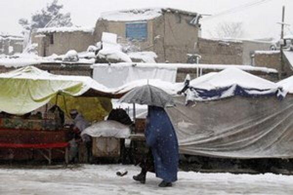 Zahalená afganská žena počas snehovej búrky v Kábule.
