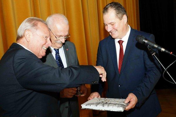Rektor Technickej univerzity Rudolf Kropil a exprezidenti Rudolf Schuster a Ivan Gašparovič pri krste publikácie.