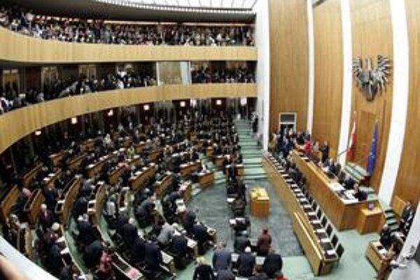 V rakúskom parlamente vraj niet strany, ktorú by lobista Hochegger nemal na zozname.