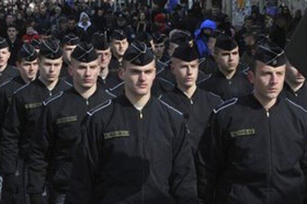Príslušníci kosovských bezpečnostných síl pochodujú Prištinou pri príležitosti osláv štvrtého výročia vyhlásenia nezávislosti.