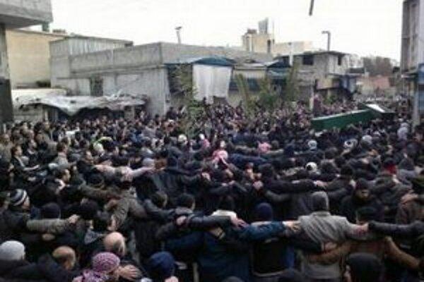 Sýrčania pochovávajú v Damasku obete protestov.