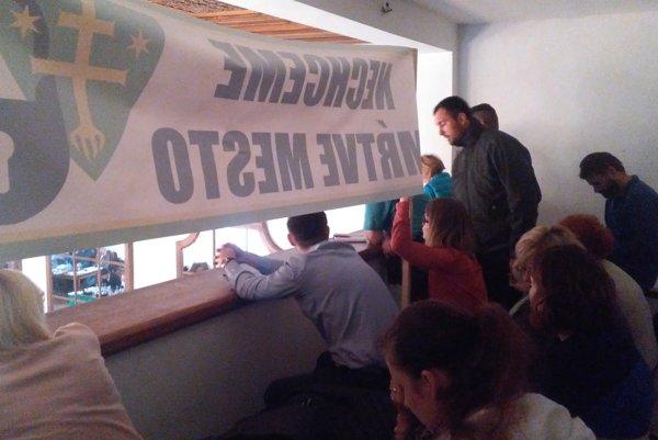 Protest na balkóne žilinskej radnice.