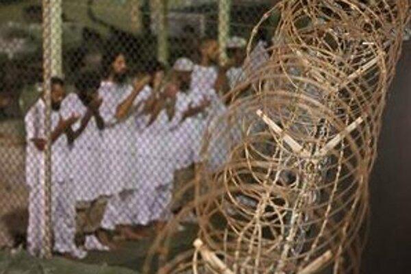 Modliaci sa väzni na Guantáname.