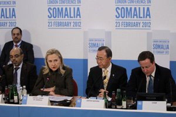 Hillary Clintonová a Pan Ki-mun počas konferencie.