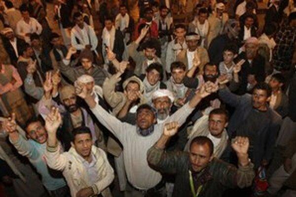 Demonštranti skandujú heslá proti jemenskému prezidentovi.