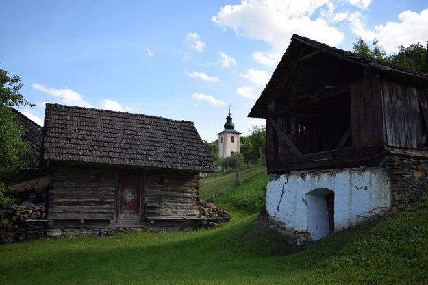 Súčasná výstavba obce. Zachováva znaky tradičnej ľudovej architektúry.