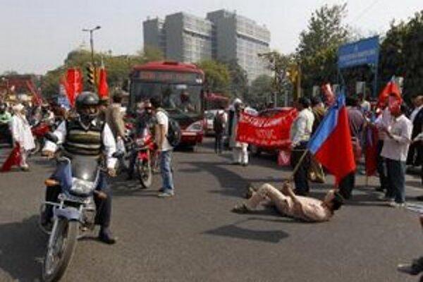 Odborári blokujú významnú križovatku počas 24-hodinového celoštátneho štrajku odborov a štátnych zamestnancov v Naí Dillí.