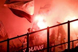 Siedmich fanúšikov futbalového klubu HNK Rijeka zatkli za hádzanie svetlíc a ďalšie neprístojnosti počas zápasu proti AC Miláno.