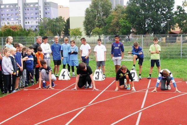 Školáci z okresu Šaľa súťažili na tradičných atletických majstrovstvách. Na snímke štart šprintu na 60 metrov.