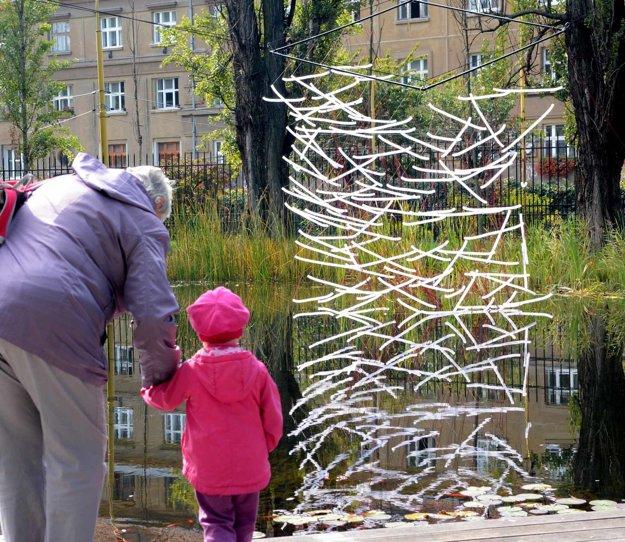 Krása z odpadu. Inštaláciu nad jazierkom v parku pripravil Robert Farkaš.