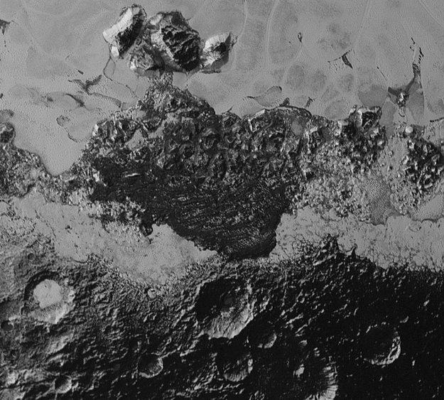 Záber sondy New Horizons ukazuje rozmanité útvary na povrchu trpasličej planéty.