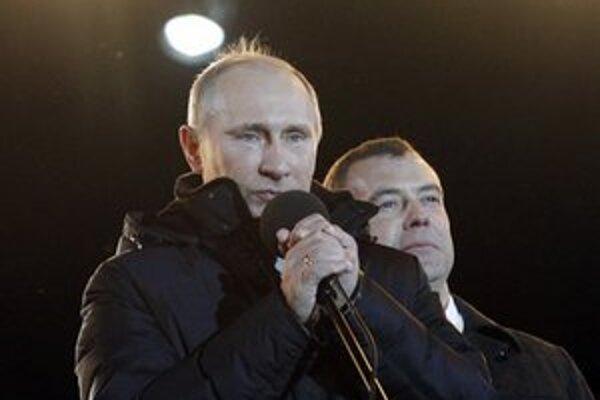 Plačúci Vladimir Putin počas prejavu v Moskve.