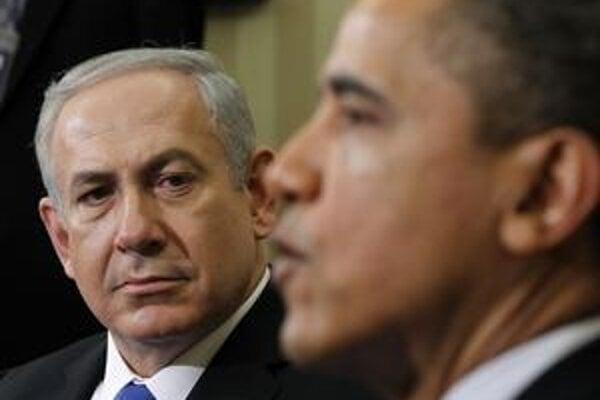Izraelský premiér Benjamin Netanjahu (v pozadí) sa s americkým lídrom na Iráne nezhodne.