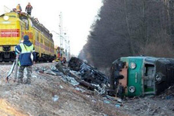 Sobotňajšia zrážka vlakov v Poľsku si vyžiadala 16 obetí.
