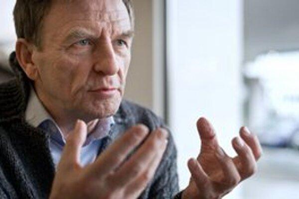 HÖRDUR TORFASON (66) sa na Islande preslávil ako herec a hudobník, desaťročia sa angažuje aj ako aktivista. Niekoľko dní po islandskom bankrote v októbri 2008 sa postavil na námestie v Reykjavíku a vyzýval ľudí na protest proti vládnucej vrstve. Odštartov