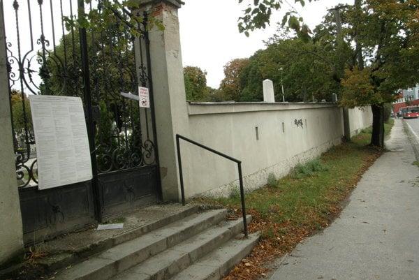 Bočná brána na Cintorínskej ulici.