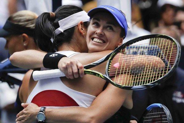 Martina Hingisová oslavuje titul s taiwanskou spoluhráčkou Čchan Jüng-ťan.