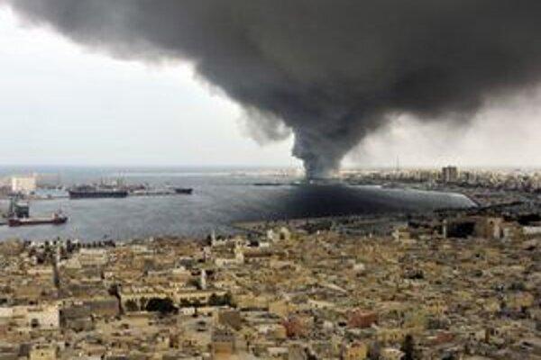 Dym počas bojov v Tripolise.