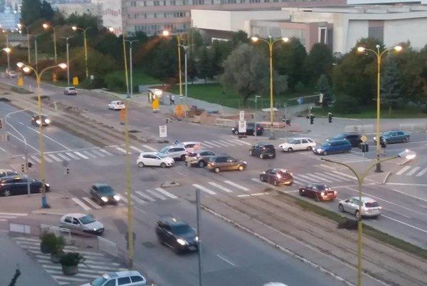 Križovatka na Triede SNP. Minulý týždeň v stredu tam nastal chaos, keď večer prestali fungovať semafory.