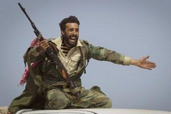 Líbyjský povstalec po víťazstve na Kaddáfího jednotkami.