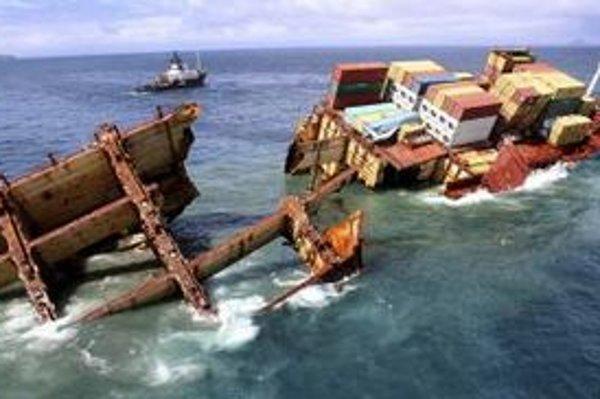 Loď Rena sa rozlomila v oceáne.
