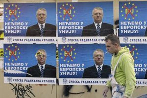 Protieurópske plagáty s podobizňou Šešelja v Belehrade.