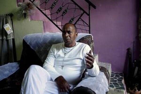 Bývalý kubánsky väzeň Jose Menendez počas interview vo svojom dome v Havane.
