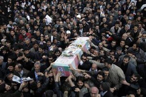 Pohreb iránskeho jadrového vedca sa zmenil na politickú akciu.