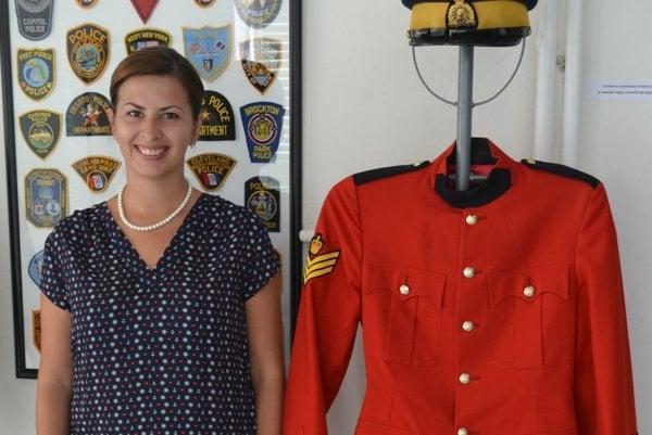 Martina Mareková, PR referentka GMM pri uniforme Kanadskej horskej polície.