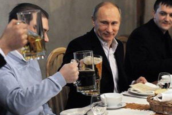 Podľa posledného prieskumu by Putin už mohol oslavovať.