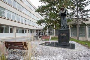 Socha Mateja Bela pribudla v areáli univerzity.