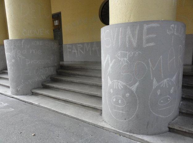Divadlo počmárali nápismi.