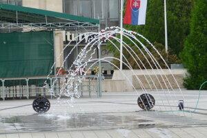 Voda z hlavnej fontány sa nevracia späť do obehu, ale tečie po námestí.