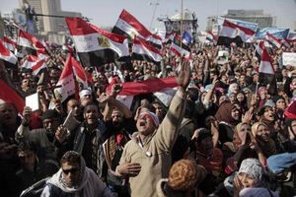 Desaťtisíce Egypťanov sa zhromaždilo na centrálnom káhirskom námestí Tahrír.