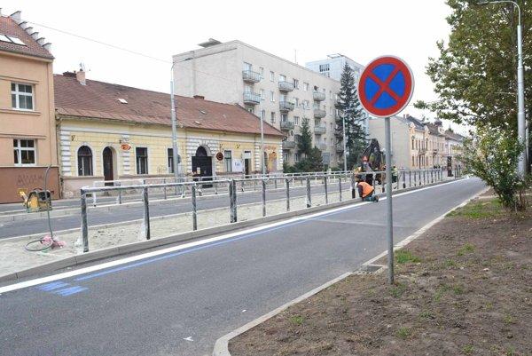 Nové zastávky električiek. Cesta sa zúžila, takže autá tam už parkovať nemôžu.
