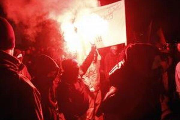 Polícia zadržala pre výtržnosti dve desiatky demonštrantov.