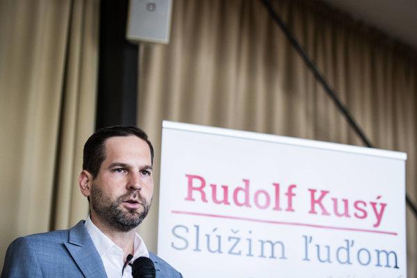 V antikampani na nezávislého kandidáta Rudolfa Kusého vyťahujú najmä väzby jeho otca na ŠTB.