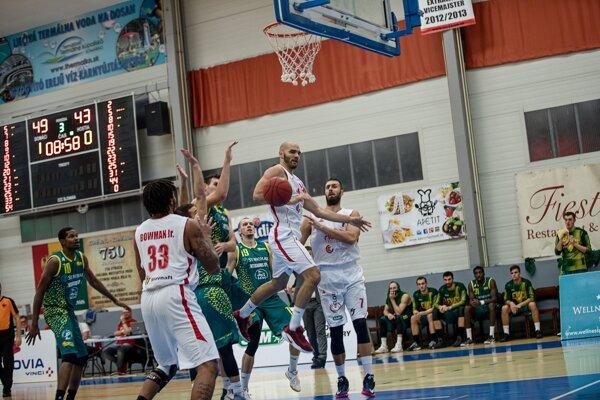 Komárňania (v bielom) zdolali v ťažkom zápase svojho lokálneho rivala z Levíc.