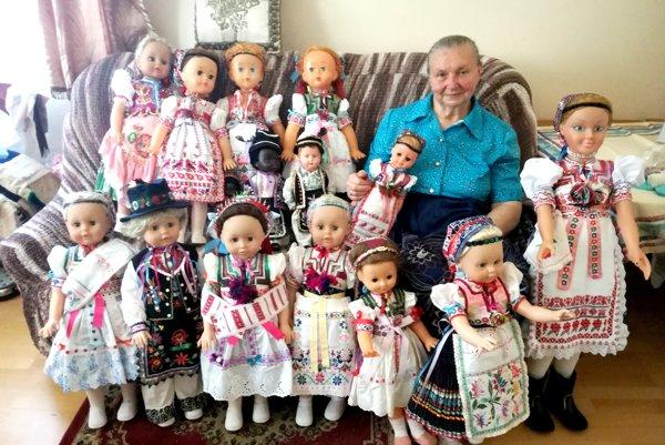Pani Martu pre množstvo bábik takmer nevidieť.