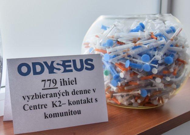 Vyzbierané použité injekčné striekačky v Centre K2