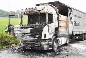 Kamión po požiari. Oheň vznikol pravdepodobne od elektroinštalácie.