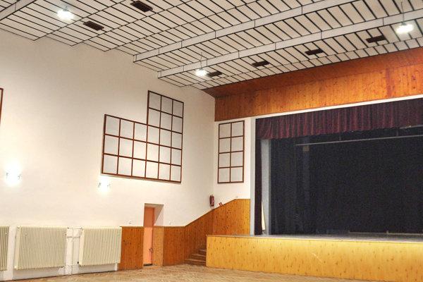 V sále kultúrneho domu postačuje namiesto 40 starých šesť nových moderných LED svietidiel.