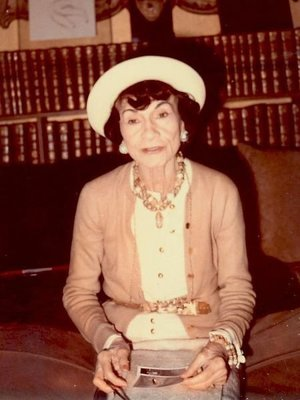 Coco Chanel vo svetri.